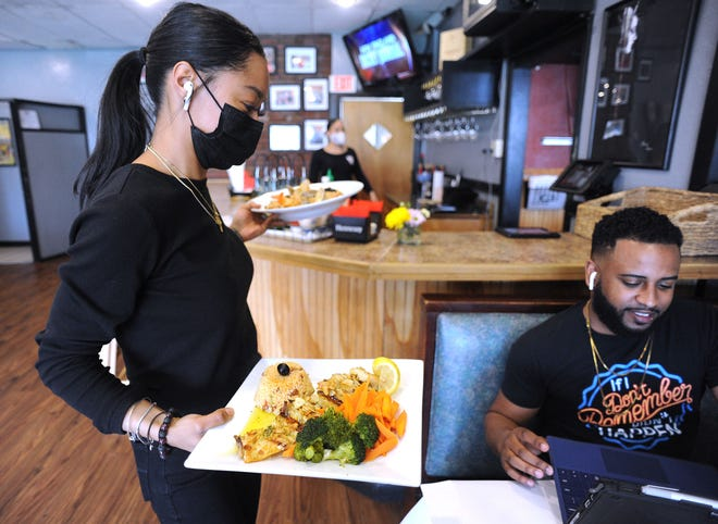 Na quarta-feira, 7 de abril de 2021, Mark Debina's Food chega ao 453 Center St. Luanda's Restaurant & Lounge em Procton.  O restaurante tem um menu de comida variado com uma mistura de influências afro-portuguesas.