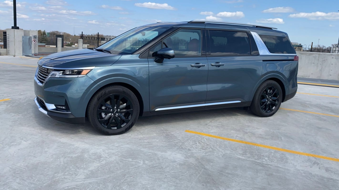 Maxi-van? 2022 Kia Carnival has loads of space, SUV looks — and one oddball feature