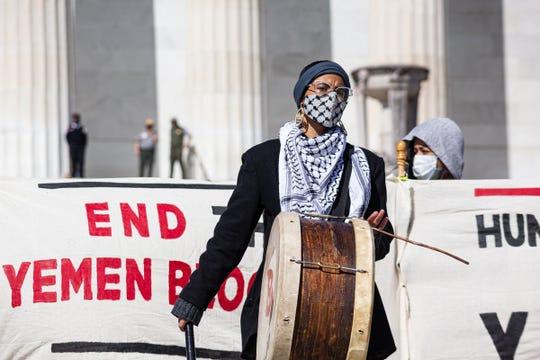 إيمان صالح ، ناشطة من حركة تحرير اليمن ، خلال تجمع حاشد على درج نصب لنكولن التذكاري في واشنطن العاصمة ، في 3 أبريل 2021. وطالب المتظاهرون بدعم الولايات المتحدة.