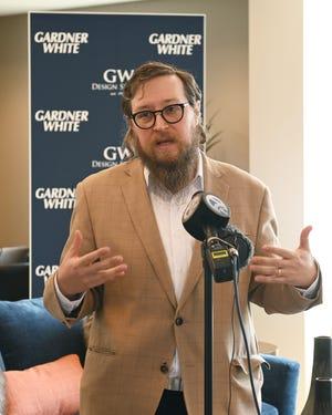 Ryan Hertz, Presiden & CEO Lighthouse, memberikan sambutannya dalam acara pers.