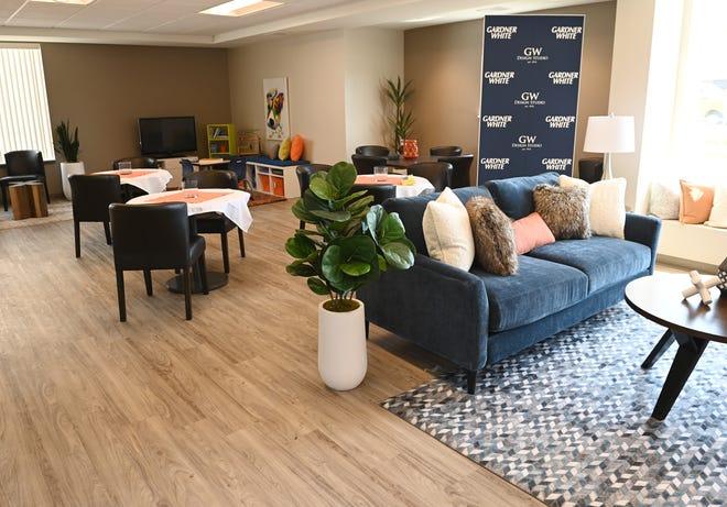 Pemandangan ruang komunitas berperabotan di apartemen Coolidge Center.