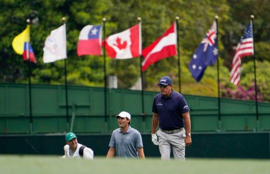 8. april 2021;  Augusta, Georgia, USA;  Bill Mickelson går den første rettferdige banen i løpet av den første runden av Masters Golf Tournament.  Obligatorisk kreditt: Rob Schumacher-America Game Today
