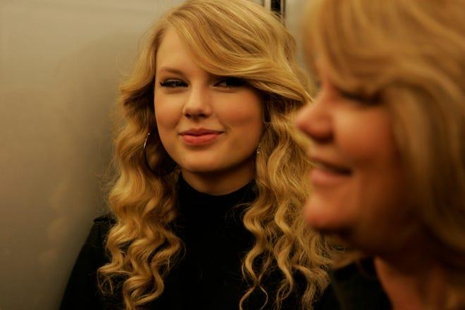"""Taylor Swift monte un ascenseur avec sa mère Andrea à New York le 10 novembre 2008, la veille de son deuxième album """"Intrépide"""" a fait ses débuts., 10 novembre 2008."""