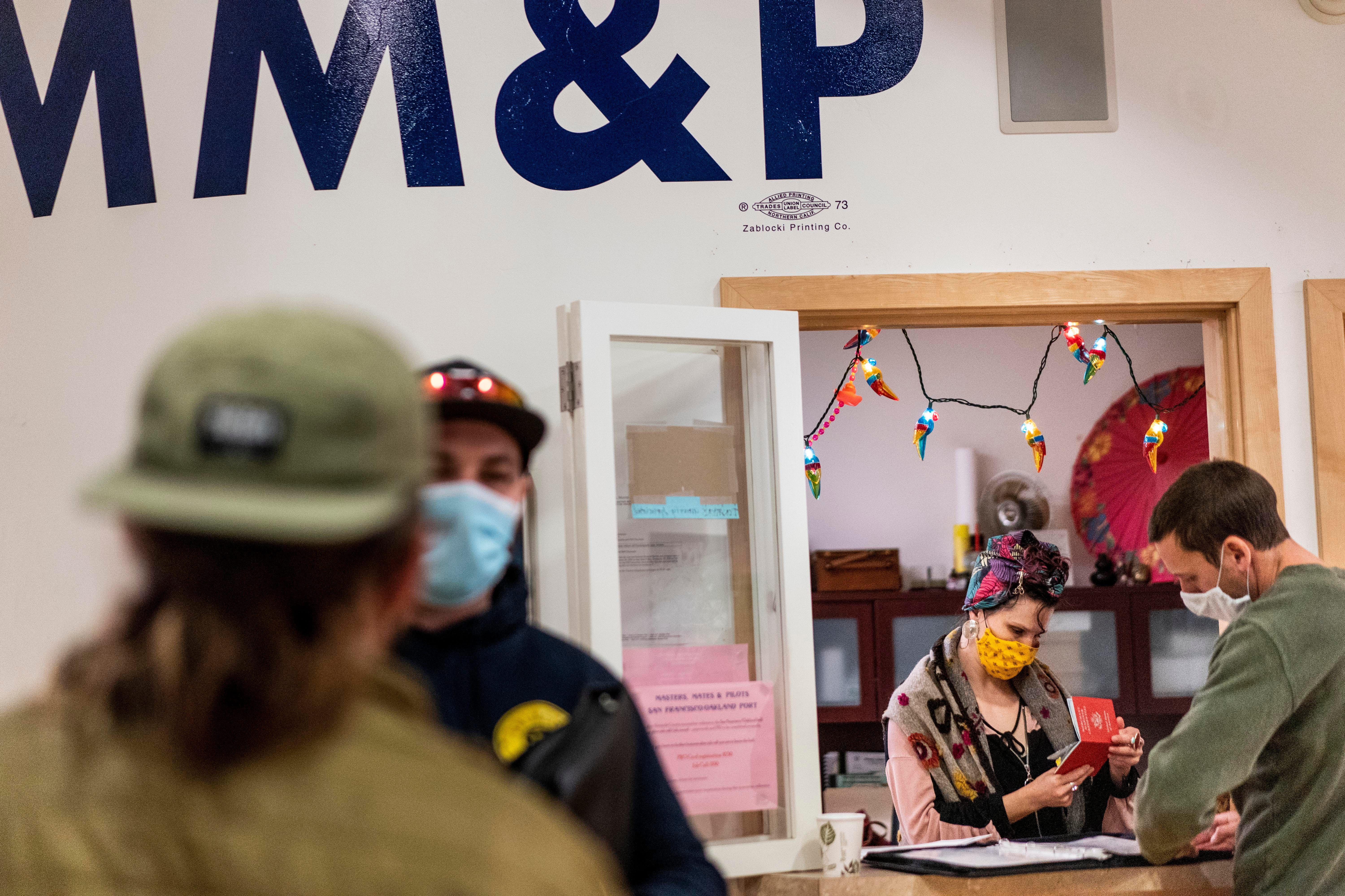 US unemployment claims fall to a pandemic low of 498,000 1