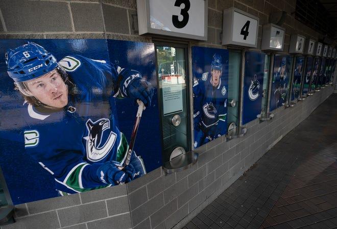 Foto-foto para pemain Vancouver Canucks dipotret di luar box office tertutup Rogers Arena di pusat kota Vancouver, British Columbia, Kamis, 8 April 2021.