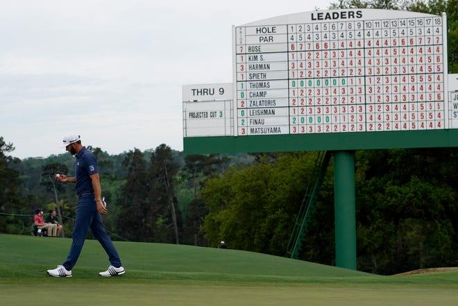 Dustin Johnson berjalan di lapangan hijau ke-18 setelah putaran kedua di turnamen golf Masters pada hari Jumat.