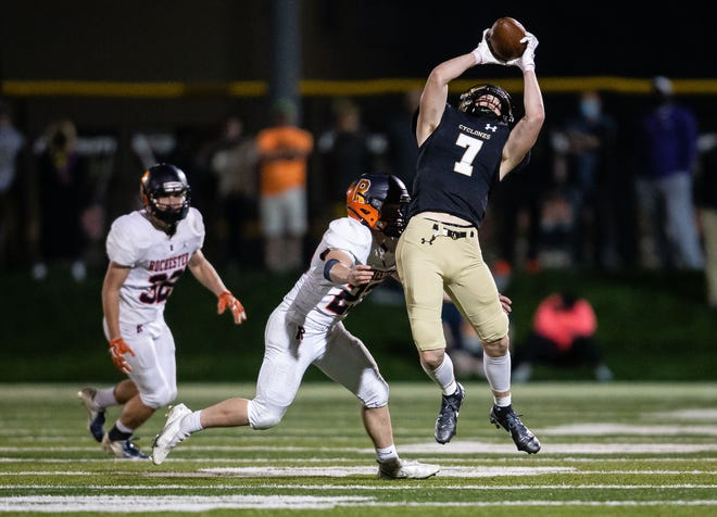 Sacred Heart-Griffin's Andrew Rockford (7) pulls in a pass against Rochester's Daniel Chapin (23) in the second half at Ken Leonard Field in Springfield, Ill., Friday, April 9, 2021. [Justin L. Fowler/The State Journal-Register]