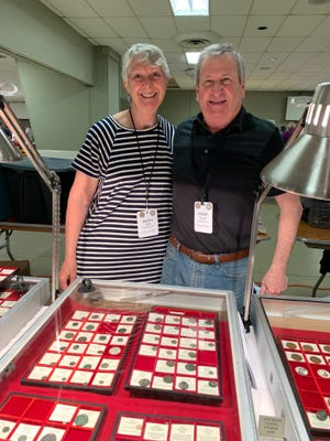 Αριστερά, Christy Rich και δεξιά, Perry Siegel, συλλέκτες κερμάτων και έμποροι αντίκες από Charlotte