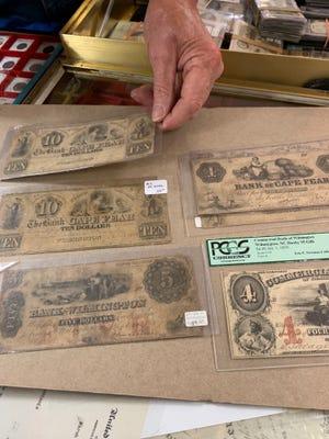 Ο Vernon Vallance εμφανίζει τη συλλογή τραπεζογραμματίων του με τα χαρτονομίσματα The Bank of Wilmington και Cape Fear Bank, συμπεριλαμβανομένων 4 $ από τις ημέρες του Εμφυλίου Πολέμου.
