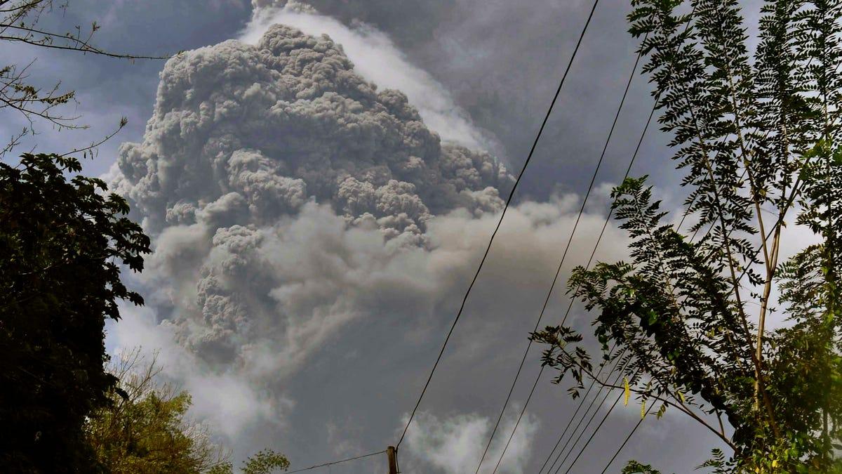 Explosive eruption rocks volcano on Caribbean's St. Vincent 2