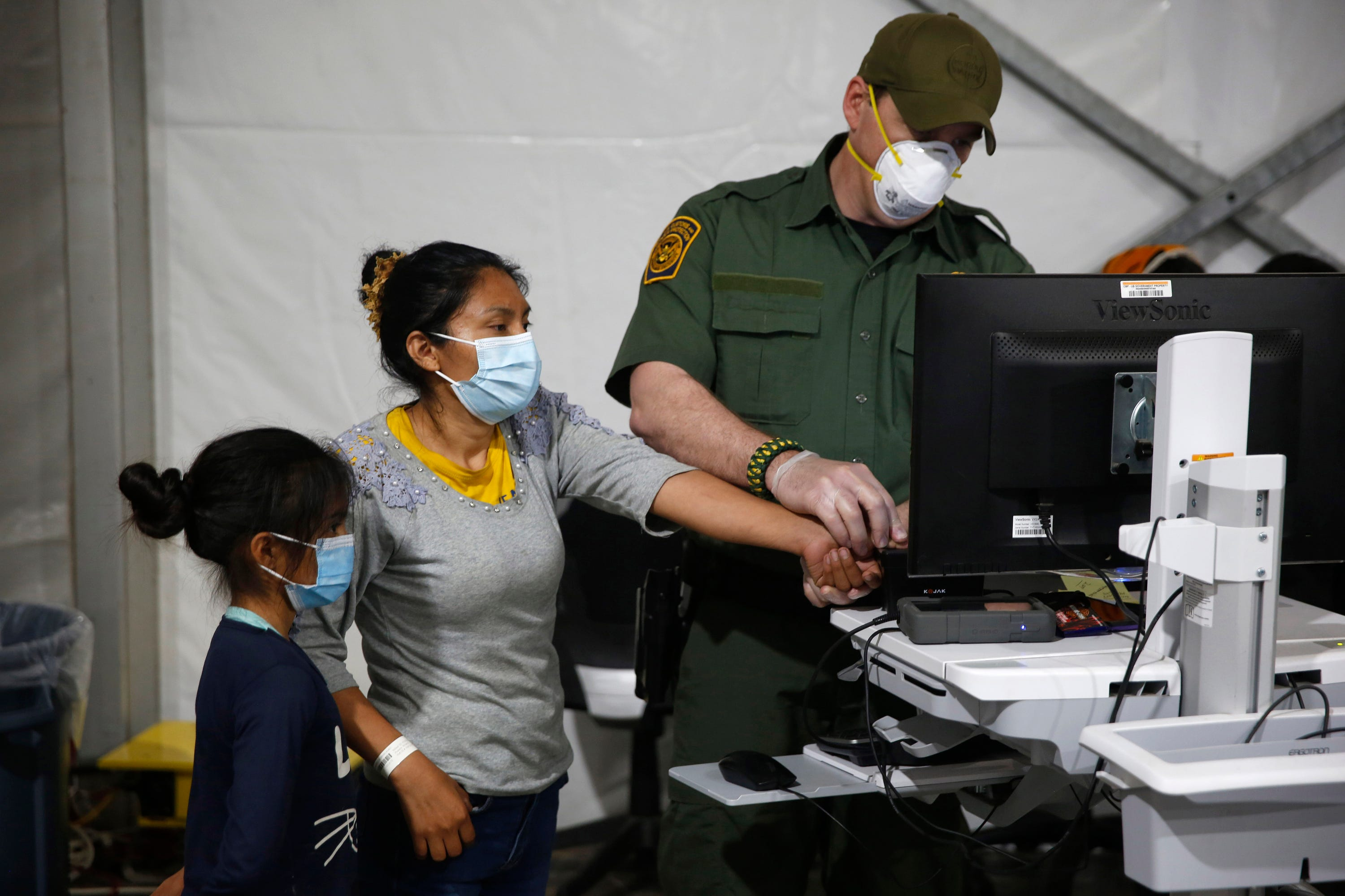 US to keep migrant families in hotels as amid rush for space 1