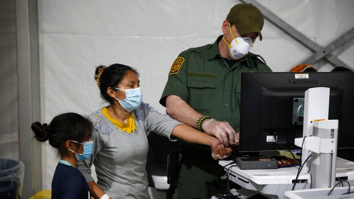 US to keep migrant families in hotels as amid rush for space 2