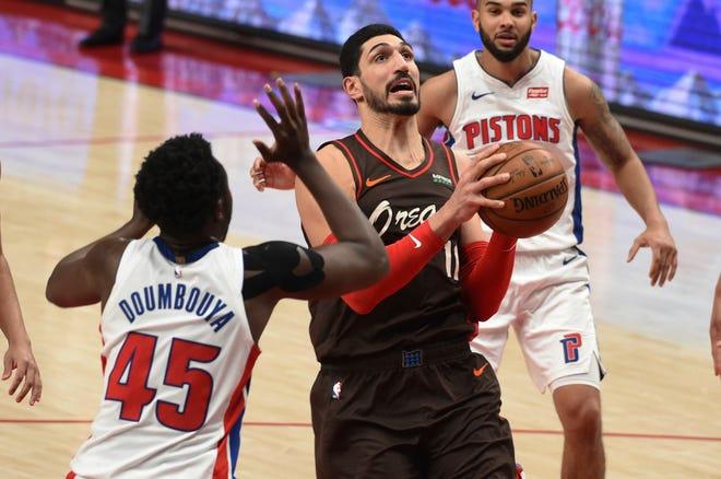 Tengah Portland Trail Blazers Enes Kanter mengarahkan ke keranjang di depan Detroit Pistons, Sekou Doumbouya, kiri, selama babak kedua.