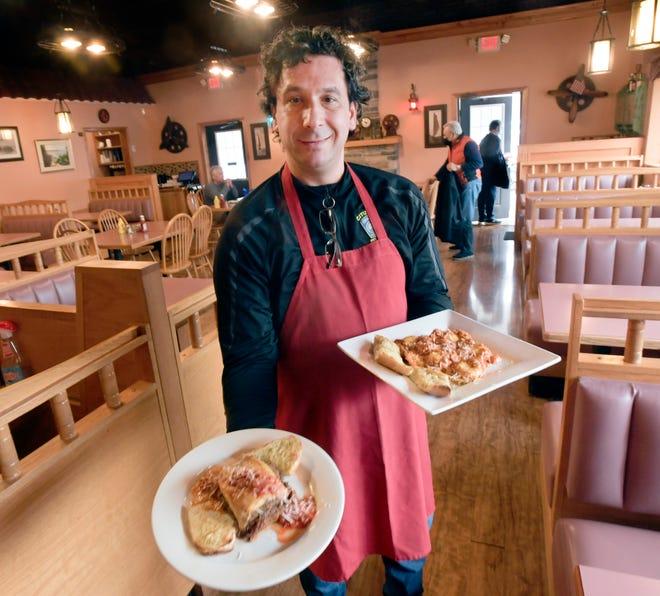 Ο ιδιοκτήτης Paul Bolanos σερβίρει ραβιόλια και αστακό στο Royal II Restaurant & Grill στο Yarmouth Harbour.