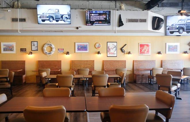 Tiene vistas a una zona de estar y varios televisores dentro del restaurante Thirsty Hooker en Fort Walton Beach.  Reemplazó a Slick Micks en Eglin Parkway.