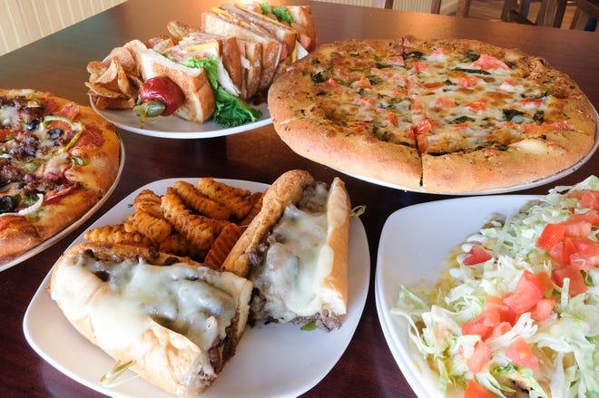 Algunos de los elementos del menú en Thirsty Hooker en Fort Walton Beach desde la izquierda incluyen: Supreme Pizza, Club Sandwich con papas fritas caseras, White Pizza, Smothered Burrito y Philly Cheesesteak Sandwich de 12 pulgadas.