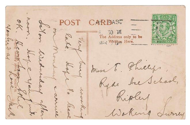 Salinan foto kartu pos, disediakan oleh RR Auction, dengan pesan yang ditulis pada Maret 1912 oleh operator nirkabel senior Titanic, Jack Phillips, ditunjukkan dengan prangko yang terpasang.
