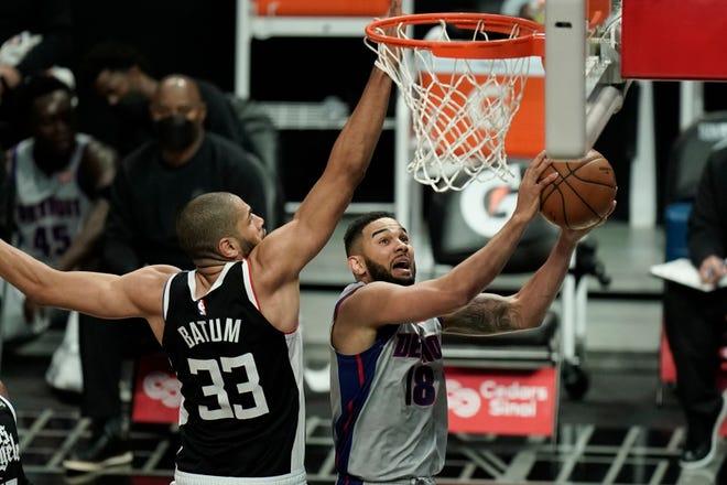 Cory Joseph dari Detroit Pistons, kanan, bermain basket melawan Nicolas Batum dari Los Angeles Clippers selama paruh pertama pertandingan bola basket NBA hari Minggu, 11 April 2021, di Los Angeles.