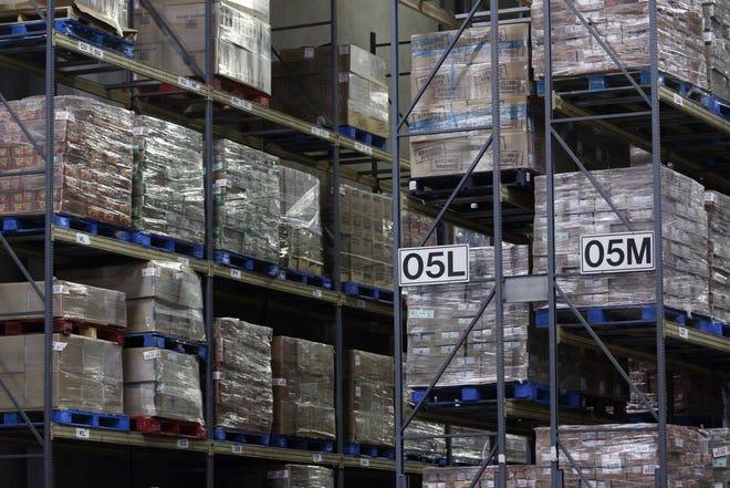 Palet bahan makanan ditumpuk di rak-rak di pusat distribusi Kroger Co. di Louisville, Ky., Pada 20 Maret 2020.