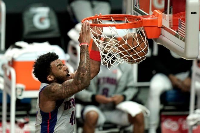 Saddiq Bey dari Detroit Pistons melakukan dunk melawan Los Angeles Clippers pada paruh pertama pertandingan bola basket NBA hari Minggu, 11 April 2021, di Los Angeles.
