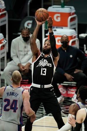 Paul George (13) dari Los Angeles Clippers melakukan tembakan selama babak pertama.