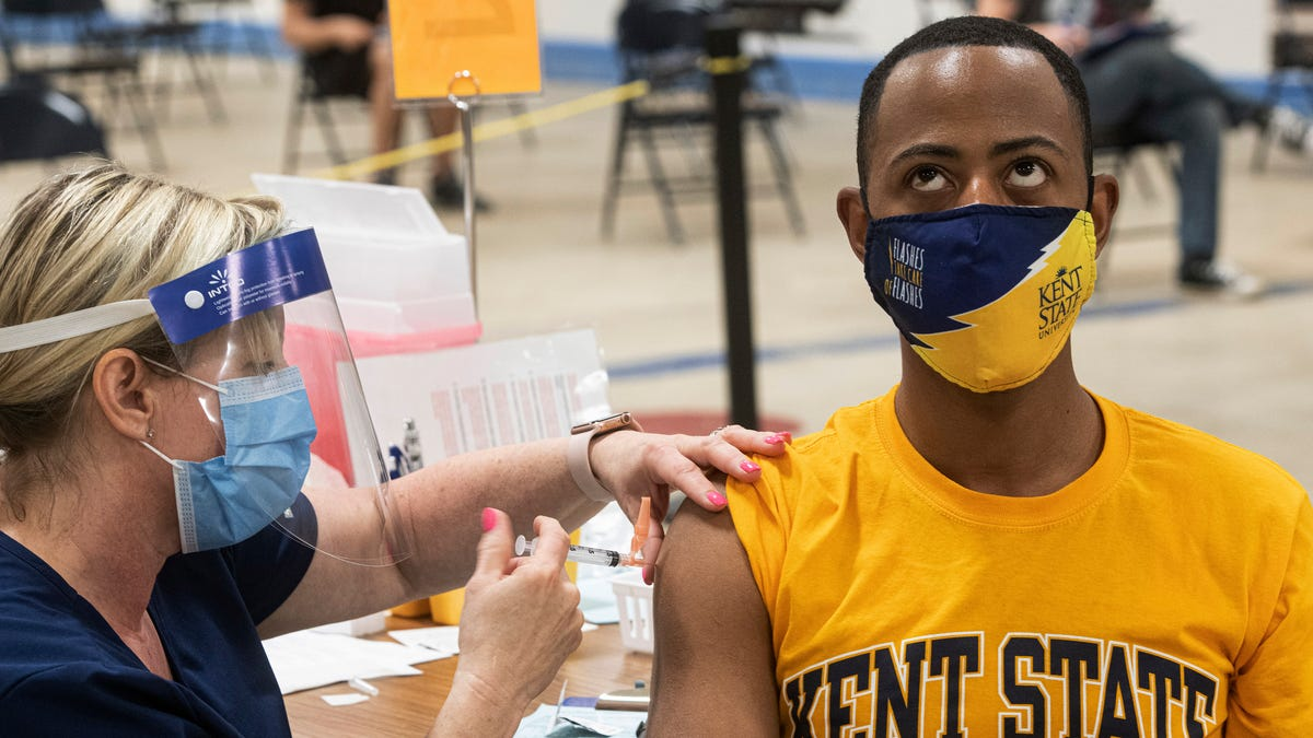 US colleges divided over requiring student vaccinations 2