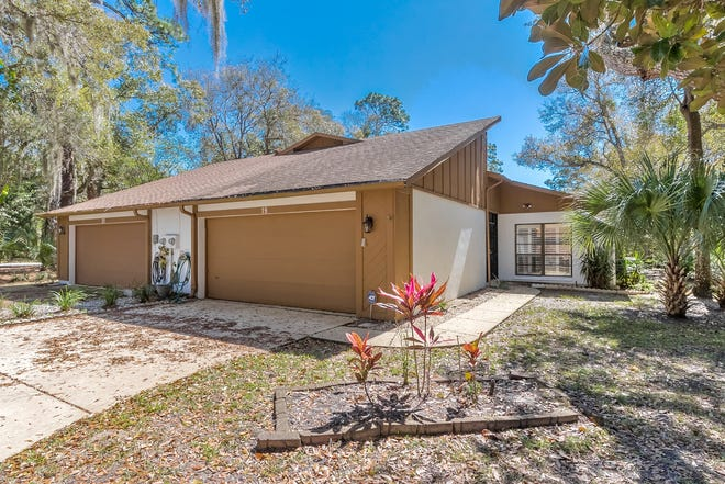 This nearly 1,450-square-foot duplex in Ormond Beach is ideally located in a maintenance-free community, with access to every convenience, including great schools and a beautiful pool.