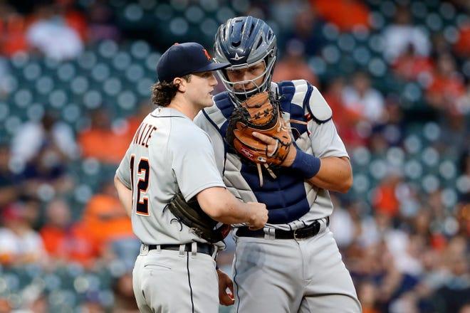 Detroit Tigers mulai pitcher Casey Mize, kiri, dan penangkap Grayson Greiner, kanan, berunding di gundukan selama inning pertama pertandingan bisbol melawan Houston Astros Senin, 12 April 2021, di Houston.