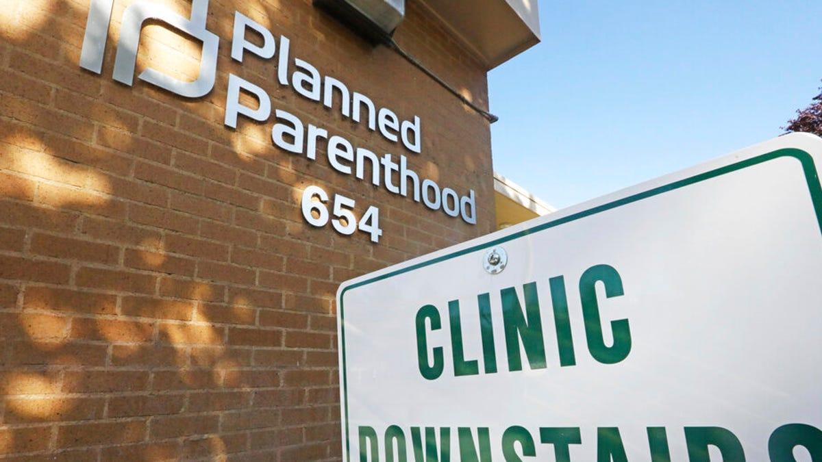Biden begins to undo Trump's ban on abortion referrals 1