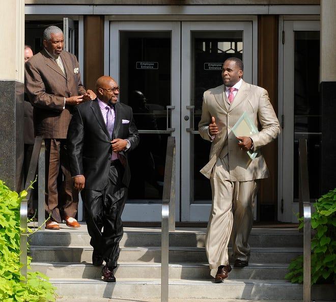 Kiri ke kanan, Bernard Kilpatrick, Bobby Ferguson dan Kwame Kilpatrick meninggalkan gedung pengadilan Federal di Detroit, MI 8 Agustus 2012. (Charles V. Tines / The Detroit News)