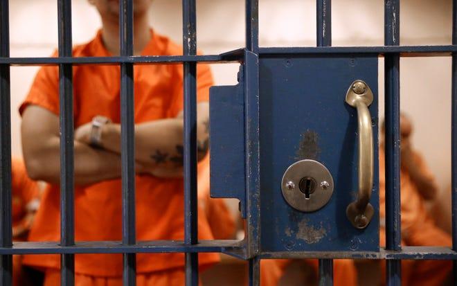 Los detenidos esperan en una celda para comparecer ante el Tribunal Superior del Condado de Sacramento en Sacramento el 1 de noviembre de 2016. Incluso antes de la pandemia, los tribunales de California lucharon para resolver los casos de manera oportuna por innumerables razones. Una investigación de CalMatters reveló largas esperas en la cárcel.