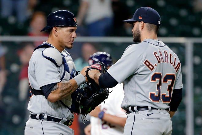 Penangkap Detroit Tigers, Wilson Ramos, kiri, dan pitcher penutup Bryan Garcia (33) melakukan selebrasi setelah Garcia mengalahkan Kyle Tucker dari Houston Astros dengan basis yang dimuat untuk menang 6-4 dan menyapu seri setelah pertandingan bisbol Rabu, 14 April 2021, di Houston.