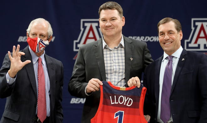 Robert Robbins, left, and new basketball head coach Tommy Lloyd, athletic director Dave Heeke pose for photos during a press conference at McKale Center, Tucson, Ariz., April 15, 2021. (Kelly Presnell/Arizona Daily Star)