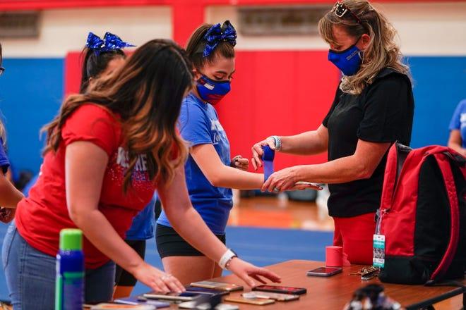 Stephanie Davy, enseignante au lycée West Mesa, à la pratique de l'équipe d'encouragement après l'école.