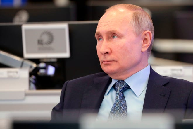 Russian President Vladimir Putin visits the Coordination Center of the Russian Government in Moscow on April 13. The center was set up as a line of communication with the whole of Russia for analyzing and collecting information, promptly using big data and solving arising problems.