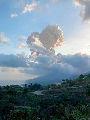 Gumpalan abu mengepul dari gunung berapi La Soufriere di pulau Karibia timur St.Vincent, Jumat, 16 April 2021.