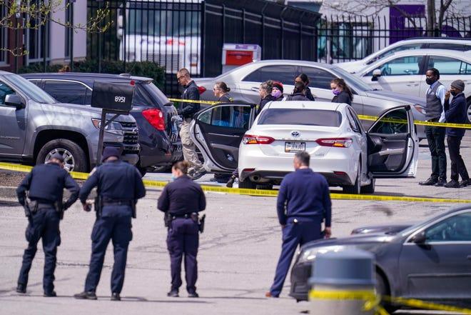 Penegak hukum berunding di tempat kejadian, Jumat di Indianapolis, di mana banyak orang ditembak di fasilitas FedEx Ground dekat bandara Indianapolis.