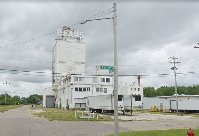 The landmark sign in Saginaw that spells B-E-A-N-S with a rabbit behind it.