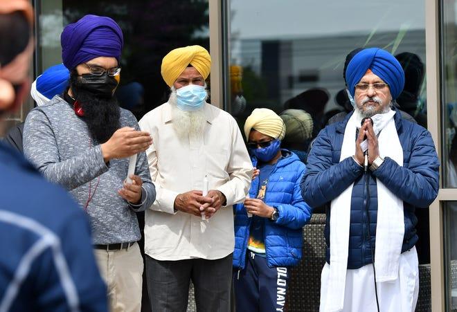 Bhai Iqbar Singh, kanan, mengucapkan doa saat orang-orang dari komunitas Sikh dan lainnya berkumpul dalam acara solidaritas di Plymouth Gurdwara Sahib di Plymouth, Michigan, pada 18 April 2021.