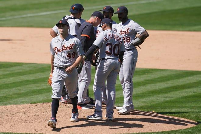 Pelempar Detroit Tigers, Matthew Boyd (48) berjalan dari gundukan setelah dikeluarkan untuk pelempar bantuan oleh manajer AJ Hinch, tengah, selama inning kedelapan.