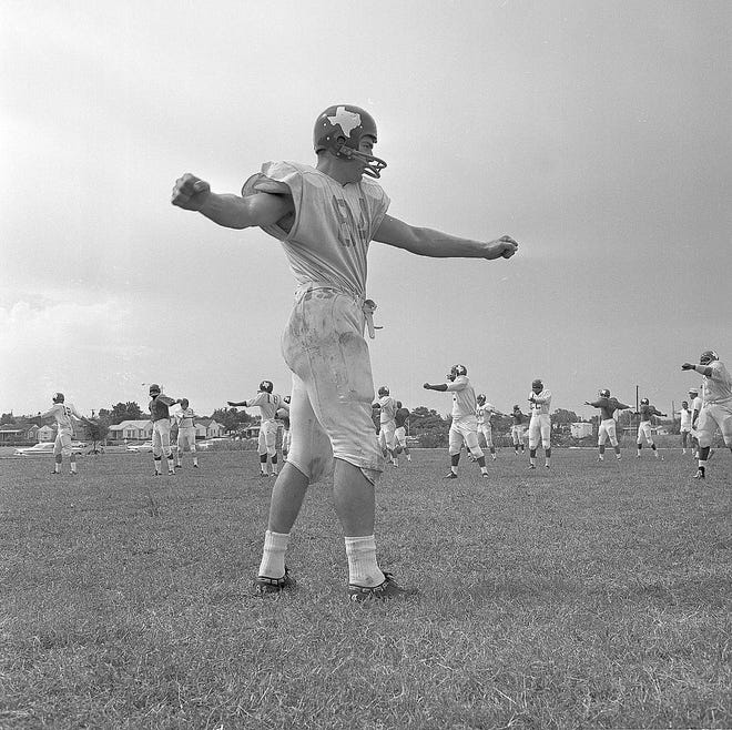 Kansas City Chiefs great Fred Arbanas, seen here early in his career with the Dallas Texans, has died at 82.