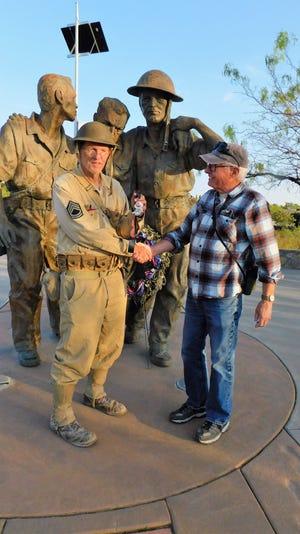 Mike Bilbo a reçu sa médaille finale des mains du guerrier vietnamien vétéran Rob Wood au Mémorial de la mort de Bataan en mars 2021.