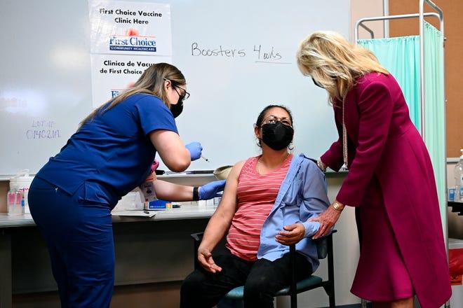 Ibu negara Jill Biden berbicara dengan seorang wanita yang baru saja mendapat vaksinasi COVID-19 saat berkunjung ke First Choice Community Healthcare - South Valley Medical Center di Albuquerque, NM, Selasa, 21 April 2021.