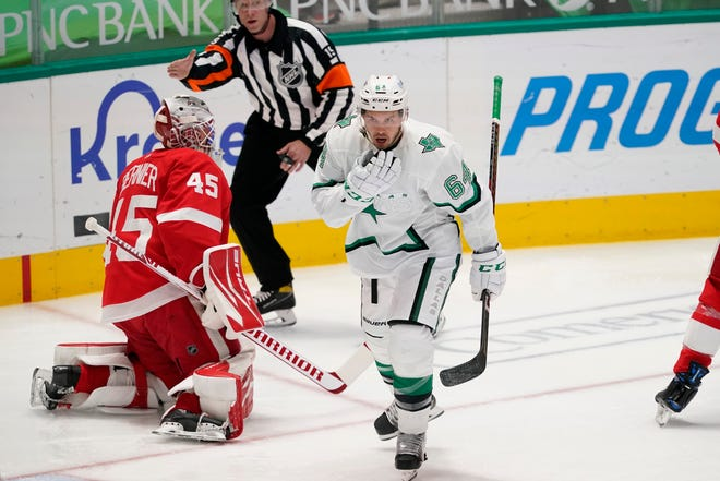 Penjaga gawang Detroit Red Wings Jonathan Bernier (45) mencetak gol setelah center Dallas Stars Tanner Kero (64) mencetak gol pada periode pertama pertandingan hoki NHL di Dallas, Selasa, 20 April 2021.