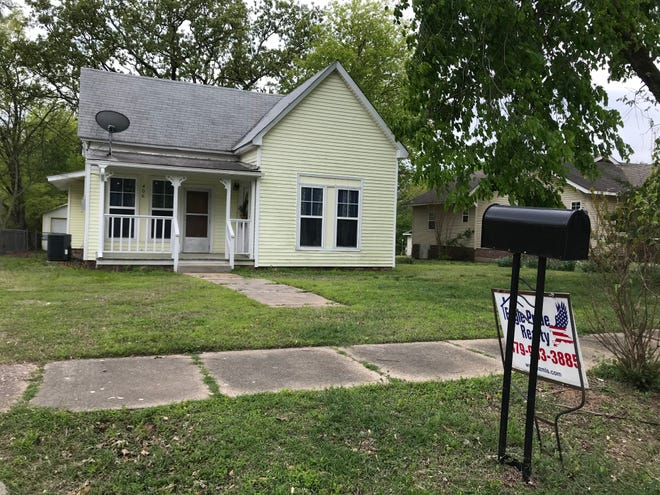 Eagle Pride Realty is selling a house at 406 Maple St. in Paris.