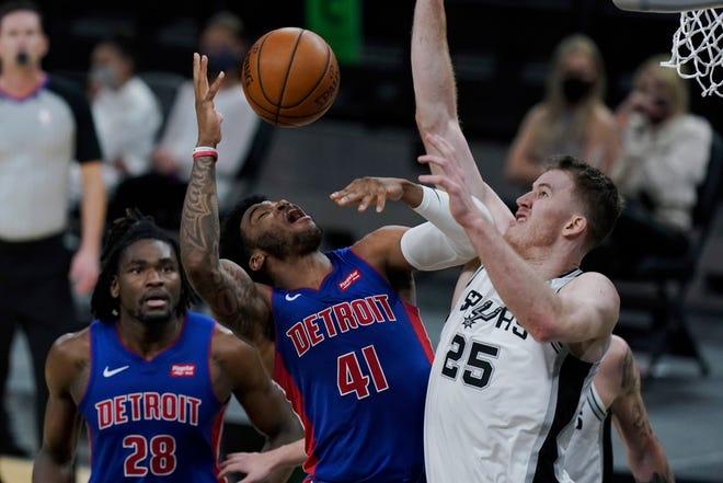 Penyerang Detroit Pistons Saddiq Bey (41) dilanggar oleh center San Antonio Spurs Jakob Poeltl (25) pada babak kedua.