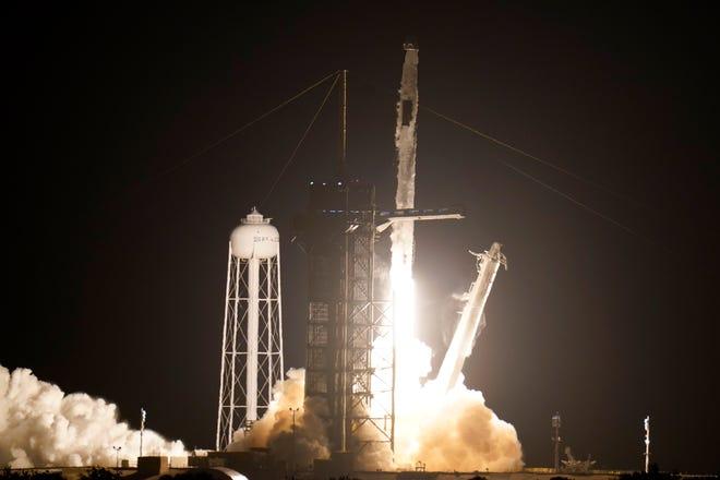 Roket SpaceX Falcon 9 dengan kapsul luar angkasa Crew Dragon lepas landas dari pad 39A di Kennedy Space Center di Cape Canaveral, Florida, Jumat, 23 April 2021.