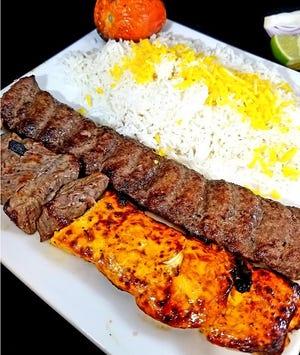 في Kabob on the Cliff ، يأتي طبق Kabob Combo مع نصف لحم بقر ونصف شريحة دجاج وشريحة كاملة من Kopidev.