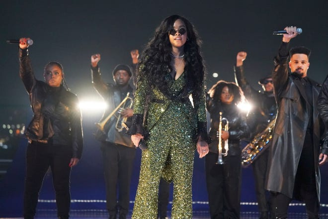 """H.E.R. performs the nominated song """"Fight for You"""" from """"Judas and the Black Messiah"""" on Sunday during the """"Oscars: Into the Spotlight"""" pre-show."""