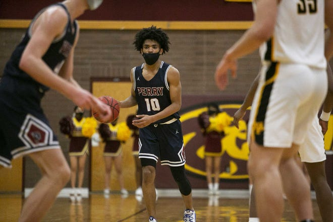 Feb. 16, 2021; Phoenix, AZ, USA; Perry's point guard Christian Tucker (10) looks for a teammate to pass the ball to at Mountain Pointe High School on Feb. 16, 2021. Credit: Meg Potter/The Arizona Republic